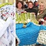 Senhoras se reúnem para fazer tapetes e cobertores todas as semanas para os moradores de rua