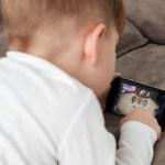 Menino de 4 anos ficou míope porque a sua avó deixava que ele brincasse com o celular várias horas todos os dias