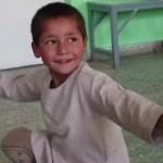 Menino afegão ganha prótese para perna, comemora dançando e viraliza nas redes sociais