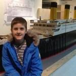 Menino autista constrói a maior réplica do Titanic usando peças de Lego