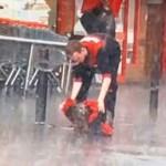 Vídeo de um jovem protegendo um cão da chuva está correndo o mundo