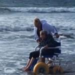 Idosa de 90 anos visita praia pela primeira vez