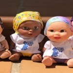 Bonecas com lenço na cabeça estão ajudando crianças com câncer a sorrir de novo