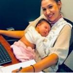 Mãe se recusa a deixar seu bebê recém-nascido aos cuidados de estranhos e ele passa a trabalhar com ela