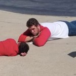 Professor se deita no chão para ajudar aluno com necessidades especiais