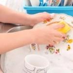 Estudo revela que realizar atividades domésticas como lavar louça, varrer e dobrar roupas prolonga a vida