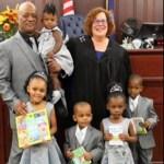 5 irmãos foram adotados, por pai solteiro, para ficar juntos