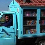 Professor aposentado cria biblioteca móvel, levando conhecimento aos jovens