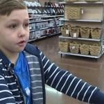 Este menino de 9 anos usa dinheiro das suas economias em compras para os moradores de rua