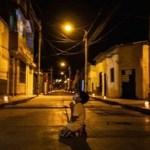 Menino ora de joelhos na rua pelo fim da pandemia do coronavírus