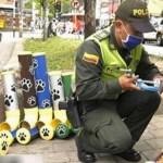 Policiais fazem comedouros para cães e gatos abandonados