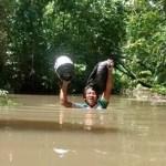 Professor brasileiro enfrenta água até o pescoço para imprimir atividades escolares para alunos indígenas