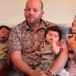 Este homem solteiro é um verdadeiro superpai: adotou 5 filhos deficientes e criou-os sozinho