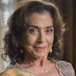 Atriz Betty Faria posa de biquíni na praia e rebate comentário de internauta