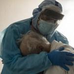 """A foto comovente do médico abraçando um paciente idoso em lágrimas: """"Eu quero ir para casa para ficar com a minha esposa"""""""