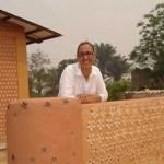 Mulher constrói casas com garrafas PET para famílias necessitadas