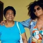 Adriana Bombom relembra perda da mãe com Covid-19 e fala das críticas que recebeu