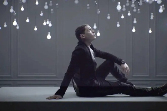 Cris Cab (クリス・キャブ)新作ミュージックビデオ「Loves Me Not」