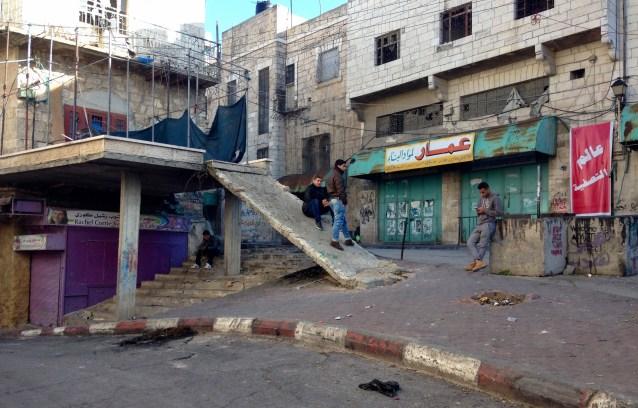 Unge arbeidsløse palestinere slår ihjel tid. Foto: Francesca Borri.