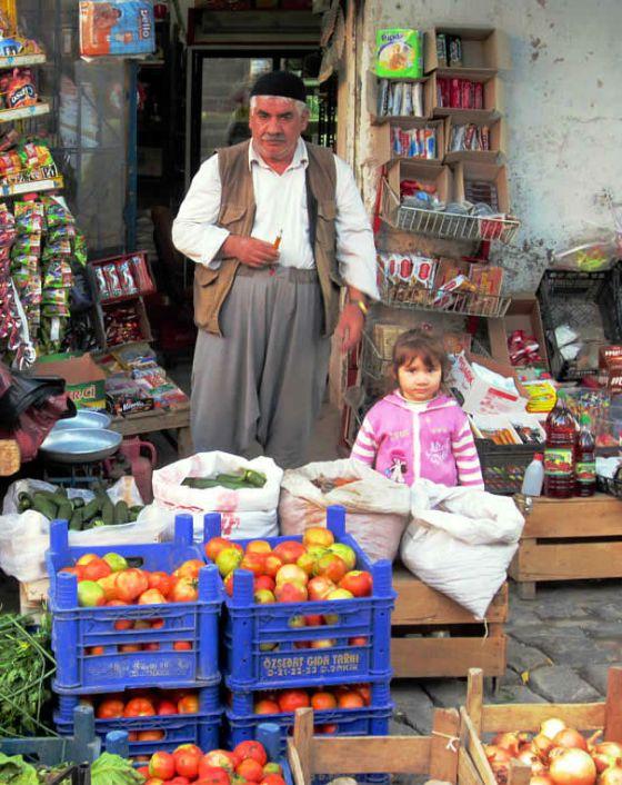 En grønsakshandler på gata i Diyarbakir, kurdernes hovedstad i det sørøstlige Tyrkia.