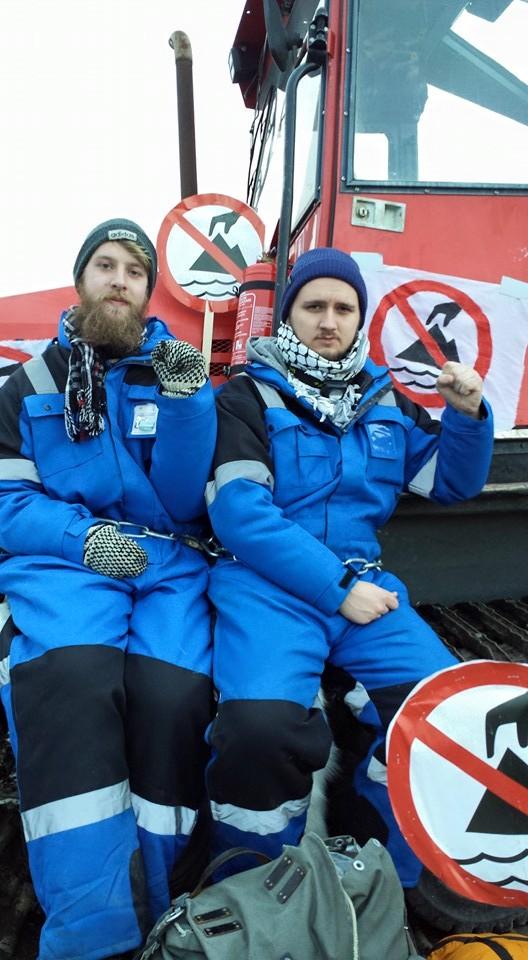 Artikkelforfatteren og Edvard Bjørnson, begge SU, har lenket seg mot sjødeponi i Førdefjorden.