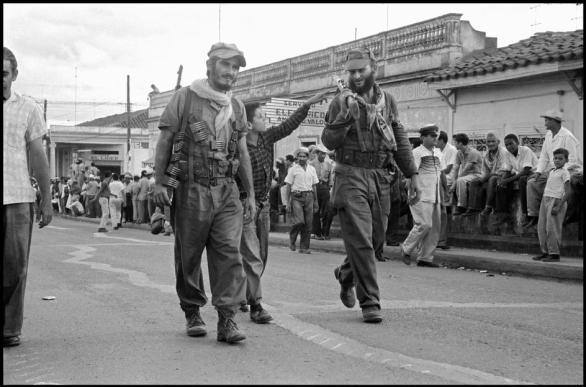 Et grasrotdiktatur? Scene fra Santa Clara på Cuba i 1959. Foto: lezumbalaberenjena