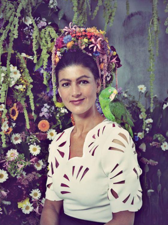 Sarah Wagenknecht blir ofte sett på som kompromissløs og hard, og er en kontroversiell figur på den tyske venstresiden. Her poserer hun som kunstneren Frida Kahlo. Foto: Antonio Marín Segovia/ Flickr.