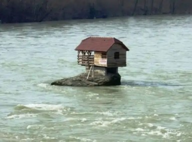 cute_lonely_house_in_the_middle_of_serbian_river_640_04-560x415