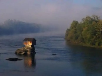 cute_lonely_house_in_the_middle_of_serbian_river_640_10-560x420