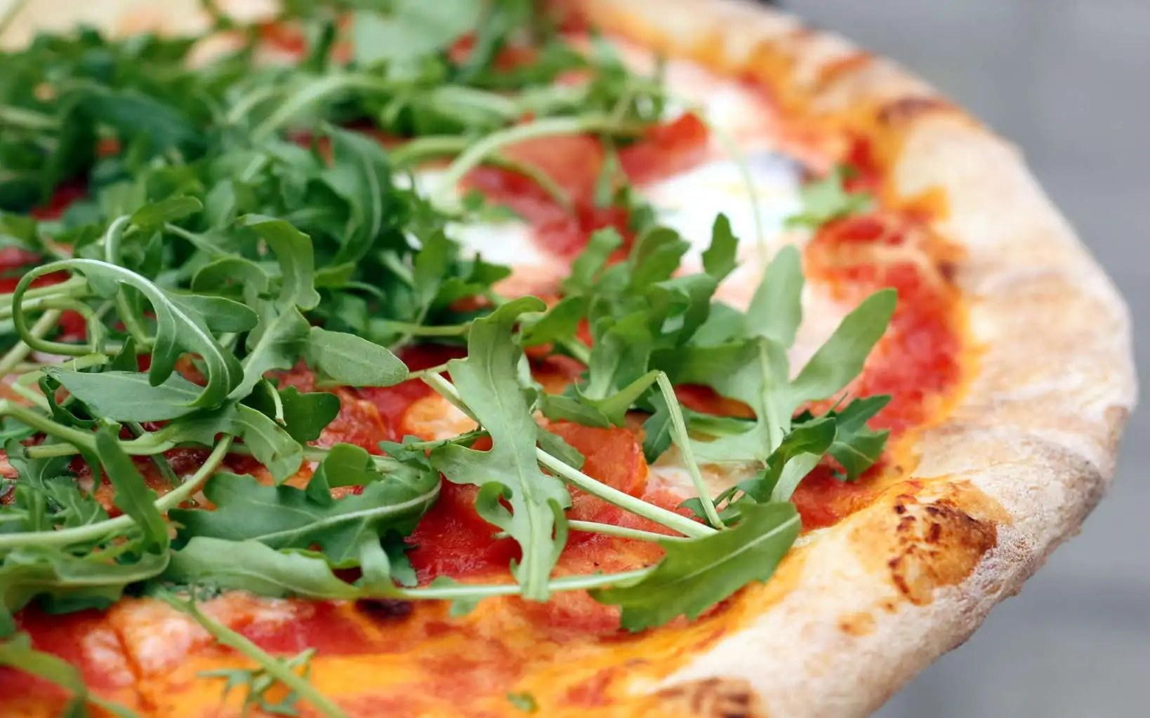 Op deze bbq kun je de heerlijkste pizza 39 s bakken for Pizza bakken op tafel