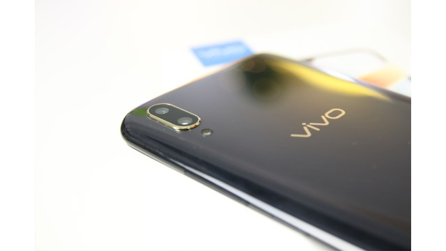 Vivo V11 Review: A mid-range phone with an In-display
