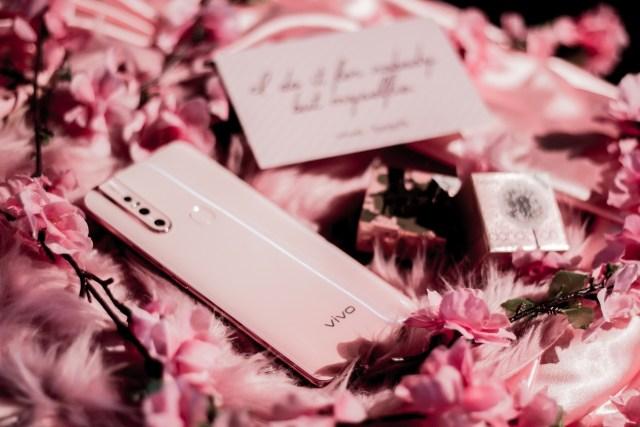 vivo-v15-blossom-pink-x-benefit-cosmetics-box
