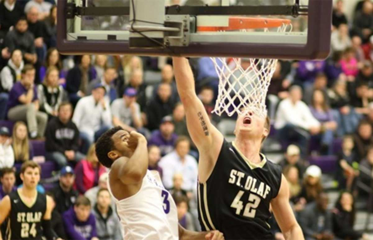 Men's hoops upsets top-ranked Tommies