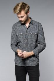 Kuviollinen paita piristää harmaata väriskaalaa.