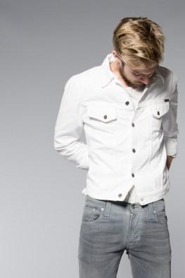 Valkoinen farkkutakki, kuten Nudien Perry Organic White, on hieno muttei maailman käytännöllisin kesävaate.