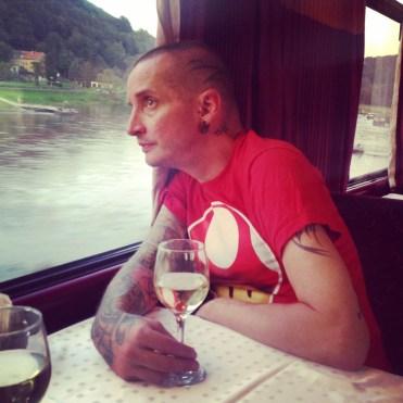 Praha-Berliini -junareitti myötäilee jokea.