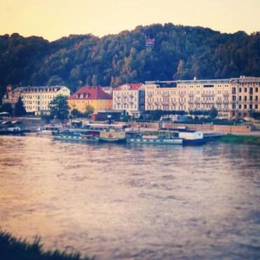 Junasta on upeat näkymät tsekkiläisiin ja saksalaisiin joenrantakyliin.