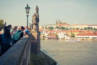 Vltava halkoo Prahaa. Turistit tulevat nauttimaan upeista maisemista.