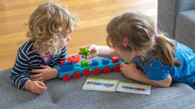 Kinder spielen mit der Logik-Lok Lili