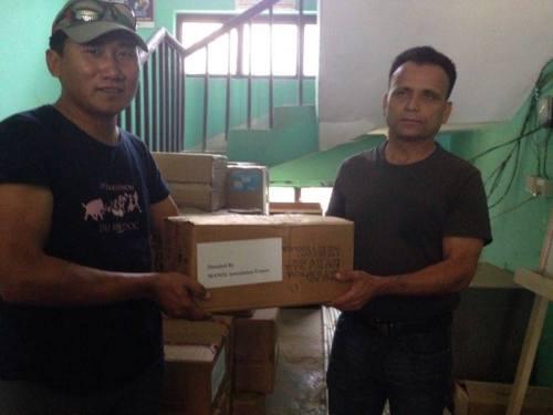 Dhan avec le chef médical du district au dispensaire de Simjung