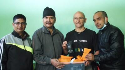 Les lunettes de soleil Wolff opticiens Mâcon remises aux médecins népalais