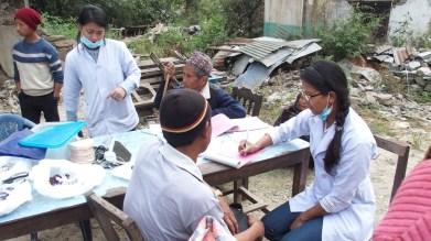 Consultations dans les ruelles du village ( enregistrement des patients )