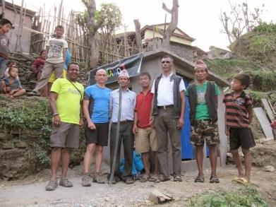 Avec le secrétaire du VDC et les responsables du village