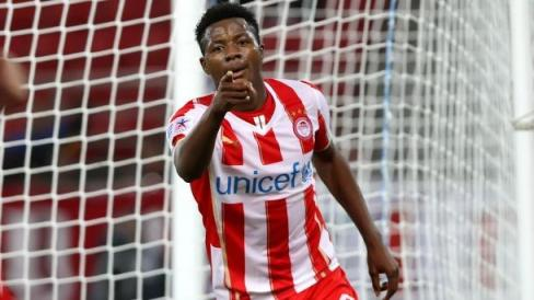 Olaitan celebra un gol con Olympiacos Foto: www.fcnaija.com
