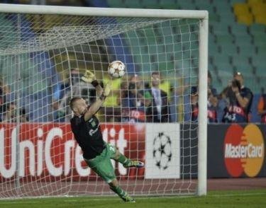 Moți atajó dos penaltis en una tanda histórica para los búlgaros   Foto: Svejo