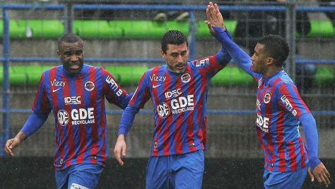 Julien Feret (centro), jugador clave de este Caen, celebra con sus compañeros. Foto: goal.com