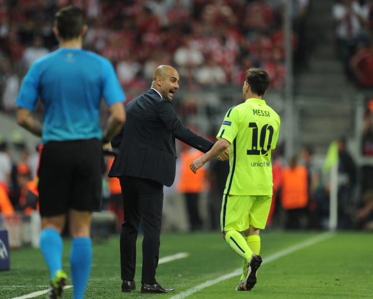 MUN368. MÚNICH (ALEMANIA), 12/05/2015.- El director técnico del Bayern, Pep Guardiola (c), estrecha la mano del futbolista Lionel Messi (d), del Barcelona, hoy, martes 12 de mayo de 2015, durante el segundo partido de una de las semifinales de la Liga de Campeones de la UEFA, entre Barcelona y Bayern, en el estadio Allianz Arena de Múnich (Alemania). EFE/Tobias Hase