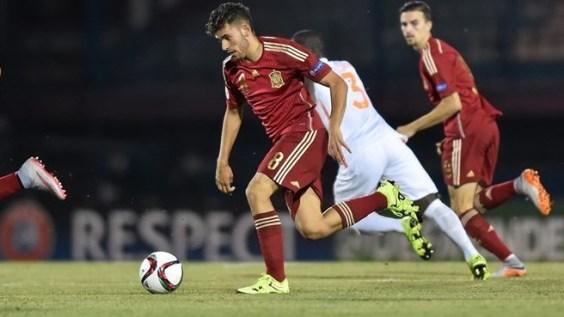 Dani Ceballos conduce el balón ante la presión rusa. Foto: es.uefa.com