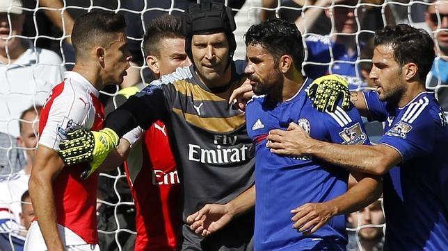 Cech tranquilizando a Costa. Fuente: ABC