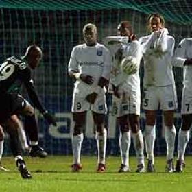 Assunçao lanza una falta contra el marco del Auxerre